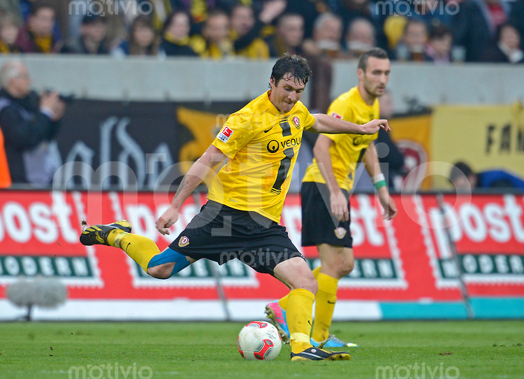 Fussball, 2. Bundesliga, Saison 2012/13, SG Dynamo Dresden - SC Paderborn, Freitag (03.05.13),  Dresdens Pavel Fort am Ball.