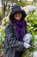 Royaume-Uni, îles Anglo-Normandes, île de Sark (Sercq) : Hôtel-Restaurant: La Sablonnerie -  sur Little Sark aprés la Coupée-) Elizabeth Perrée  dans son jardin  // United Kingdom, Channel Islands, Sark Island (Sercq): Hotel-Restaurant: La Sablonnerie - Elizabeth Perree