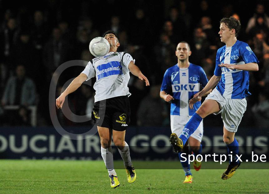 KSV Roeselare - KVK Tienen : Masis Voskanian met de borstcontrole voor de toekijkende Glenn Neven.foto VDB / Bart Vandenbroucke