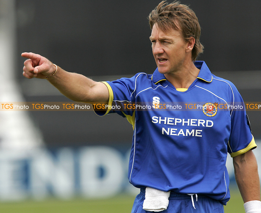 Andy Bichel of Essex points the way to victory on his return to the county - Essex Eagles vs Somerset Sabres - Friends Provident Trophy at Ford County Ground, Chelmsford, Essex - 13/06/07 - MANDATORY CREDIT: Gavin Ellis/TGSPHOTO - IMAGES USED WILL BE INVOICED AT STANDARD RATES....