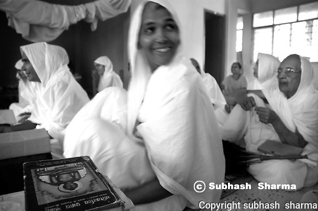 Daily life of the Jain holymen and women