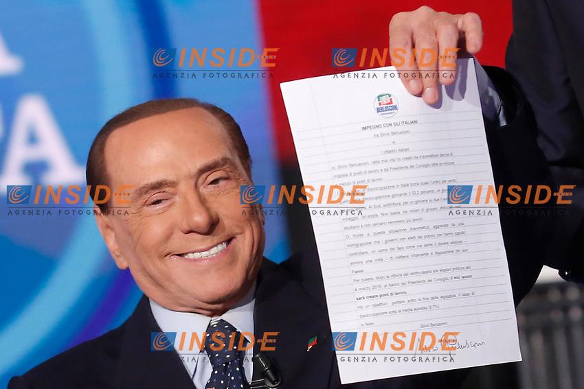 Silvio Berlusconi firma il contratto con gli italiani, come nel 2001.<br /> Silvio Berlusconi sigs a contract with Italians like he did during the electoral campaign of  2001.<br /> Roma 14/02/2018. Trasmissione tv 'Porta a Porta'.<br /> Rome February 14th 2018. Talk show 'Porta a Porta'.<br /> Foto Samantha Zucchi Insidefoto