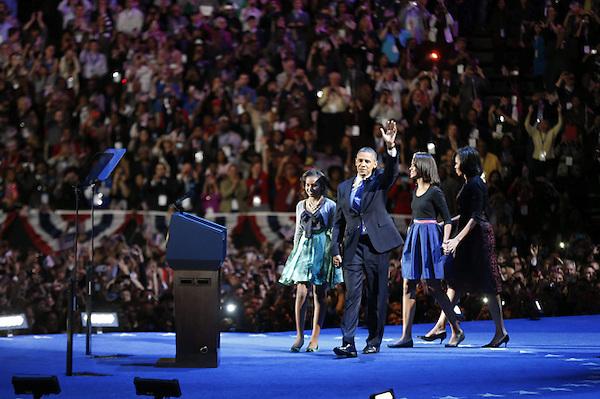 KKR110 CHICAGO (ESTADOS UNIDOS) 07/11/2012.- El presidente estadounidense Barack Obama  acompañado de su familia celebra con los seguidores su reelección para un segundo mandato como presidente de los Estados Unidos del candidato demócrata,  en el McCormick Place en Chicago (Estados Unidos) anoche 6 de noviembre de 2012. El presidente Barack Obama ganó la reelección con al menos 303 votos electorales, una cifra más holgada de lo que apuntaban los pronósticos, y victorias en casi todos los estados claves frente al aspirante republicano. EFE/KAMIL KRZACZYNSKI