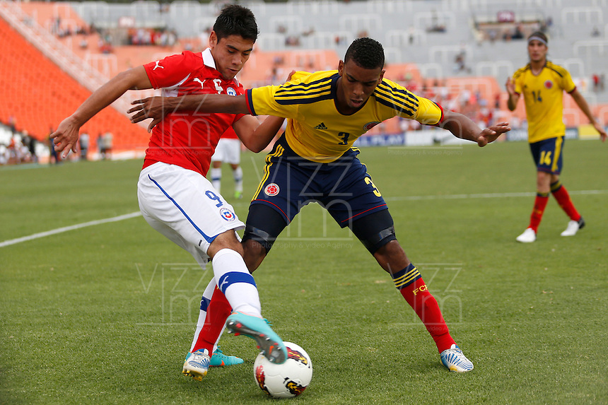 MENDOZA -ARGENTINA- 13-01-2013: Deivy Balanta (Der.) de Colombia, disputa el balón con Felipe Mora (Izq.) de Chile, durante partido entre los seleccionados de Colombia y Chile en el estadio Las Malvinas de Mendoza Argentina,  enero  13 de 2013. Colombia perdió dos goles a uno con Chile en partido por el Suramericano Sub 20 del grupo A, clasificatorio al mundial en Turquia. Deivy Balanta (R) from Colombia, fights for the ball with Felipe Mora (L) from Chile, during the match between Colombia and Chile in the stadium The Falklands in Mendoza, Argentina, on 13 January 2013. Colombia lost two goals to one with Chile in South American game for the Under 20 group A, qualifying to Turkey world cup.  (Photo: Photosport/Photogamma / VizzorImage).
