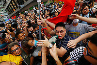 Pro-democracy protesters point and scuffle with a man (C) holding a Chinese flag who came to protesters' barricade to oppose them blocking roads at Mongkok shopping district in Hong Kong October 24, 2014. Pro-democracy protesters in Hong Kong say they will hold a straw poll on government proposals they had rejected earlier in the week as the campaign in the Chinese-controlled city entered the fifth week on Friday.   REUTERS/Damir Sagolj (CHINA)