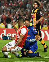 BOGOTA - COLOMBIA – 23 – 05 - 2017: Denis Straqualursi (Izq.) jugador de Independiente Santa Fe, disputa el balon con Daniel Vaca (Der.) portero de The Strongest, durante partido entre Independiente Santa Fe de Colombia y The Strongest de Bolivia, de la fase de grupos, grupo 2, fecha 6 por la Copa Conmebol Libertadores Bridgestone 2017, en el estadio Nemesio Camacho El Campin, de la ciudad de Bogota. / Denis Straqualursi (L) player of Independiente Santa Fe, fights for the ball with Daniel Vaca (R) goalkeeper of The Strongest during a match between Independiente Santa Fe of Colombia and The Strongest of Bolivia, of the group stage, group 2 of the date 6th, for the Conmebol Copa Libertadores Bridgestone 2017 at the Nemesio Camacho El Campin in Bogota city. VizzorImage / Luis Ramirez / Staff.