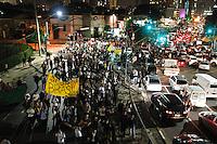 SÃO PAULO,SP,17 JUNHO 2013 - PROTESTO CONTRA AUMENTO TARIFA - Manifestantes realizam protesto contra o aumento da tarifa de ônibus para R$3,20 no na Av.Jucelino Kubitschek em São Paulo, na noite l desta segunda- feira (17).FOTO ALE VIANNA - BRAZIL PHOTO PRESS