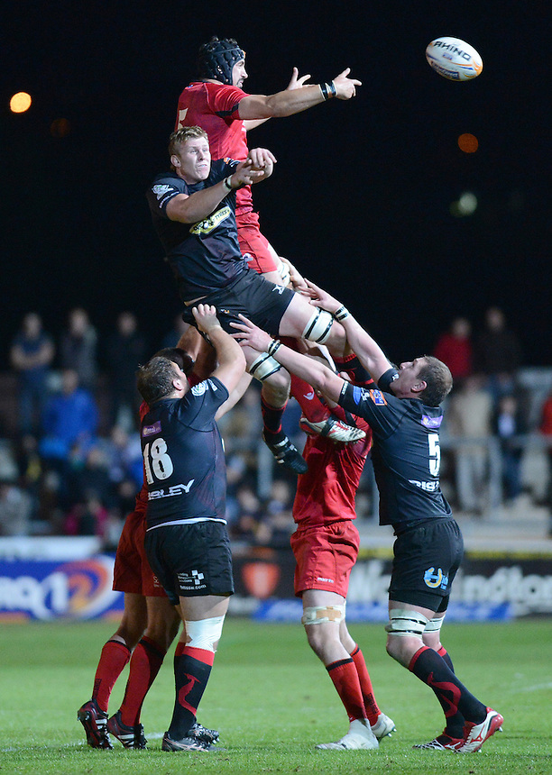 Edinburgh Rugby's Sean Cox (c) beats Newport Gwent Dragons' Jevon Groves in the line out ..Rugby Union - RaboDirect PRO12 - Newport-Gwent Dragons v Edinburgh Rugby - Friday 28th September 2012 -  Rodney Parade - Newport....