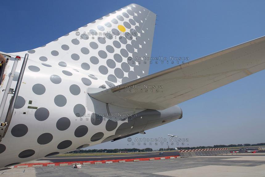 Un aereo della compagnia Spagnola Vueling in attesa dell'arrivo dei passeggeri.