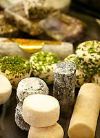Frankreich, Bourgogne-Franche-Comté, Département Jura, Dole: Verkaufsstand mit Spezialitaeten aus der Region in der Markthalle - Ziegenkaese | France, Bourgogne-Franche-Comté, Département Jura, Dole: food stall offering local specialities in market hall - goat cheese