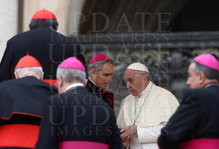 Papa Francesco parla con l'Arcivescovo Georg Ganswein (s) al termine dell'udienza generale del mercoledi' in Piazza San Pietro, Citta' del Vaticano, 18 aprile, 2018.<br /> Pope Francis speaks with Archbishop Georg Ganswein (l) at the end of the weekly general audience in St. Peter's Square at the Vatican, on April 18, 2018.<br /> UPDATE IMAGES PRESS/Isabella Bonotto<br /> <br /> STRICTLY ONLY FOR EDITORIAL USE