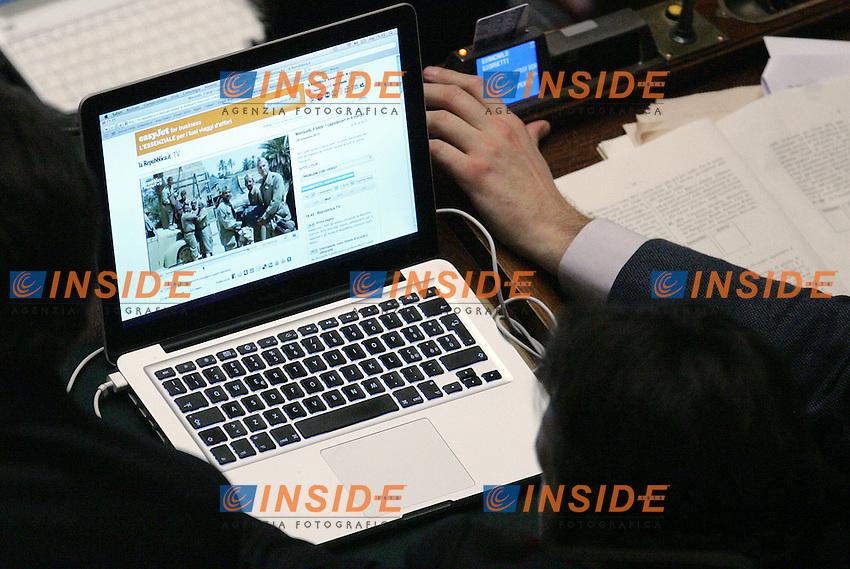 Un deputato sul suo computer vede immagini dei film di Mario Monicelli...Camera dei Deputati - Discussione e Votazione sul DDL Gelmini sulla Riforma delle Scuole e Universita'...Roma, 30 Novembre 2010...Photo Serena Cremaschi Insidefoto..........