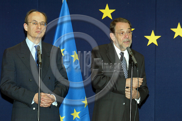 Belgium - Brussels - 30 MARCH 2004 - Council - JAI - Round Table./ Tour de Table - Javier SOLANA (R), EU High Representative for the CFSP welcomes Gijs DE VRIES (L), Counter-Terrorism Coordinator  --  PHOTO: EUP-IMAGES / ANNA-MARIA ROMANELLI