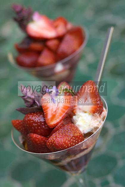 Europe/France/Provence-Alpes-Cote d'Azur/Vaucluse/Cucuron: Salade de fraises avec sa brousse et marmelade de fraises à l'huile d'olive et vinaigre balsamique, tuiles à la lavande recette d'Eric Sapet chef du  restaurant: La Petite Maison,