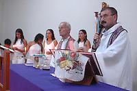 Assassinato irmã Dorothy Stang Assassinato <br /> Moradores de Anapú participam de missa em memória de irmã Dorothy<br /> O corpo da missionaria americana  Dorothy Stang, da congragação Irmãs de Notre Dame, 73 anos, 28 dos quais na Amazônia, trabalhando com pequenos agricultores pela reforma agrária. Dorothy como era conhecida em toda região da Transamazônica foi assassinada brutalmente as 7: 30 da manhã de ontem (12/02/2005) quando saia de uma casa no assentamento feito pelo Incra conhecido como  Esperança. Conforme o médico legista em seus levantamentos preliminares a religiosa foi morta com 9 tiros , dois dos quais na cabeça.Anapú, Pará, Brasil<br /> 13/02/2005<br /> Foto Paulo Santos