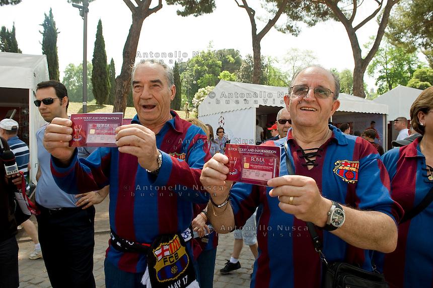 Tifosi del Barcellona mostrano fieri i loro biglietti per assistere alla finale della Champions League contro il Manchester United allo stadio Olimpico di Roma.