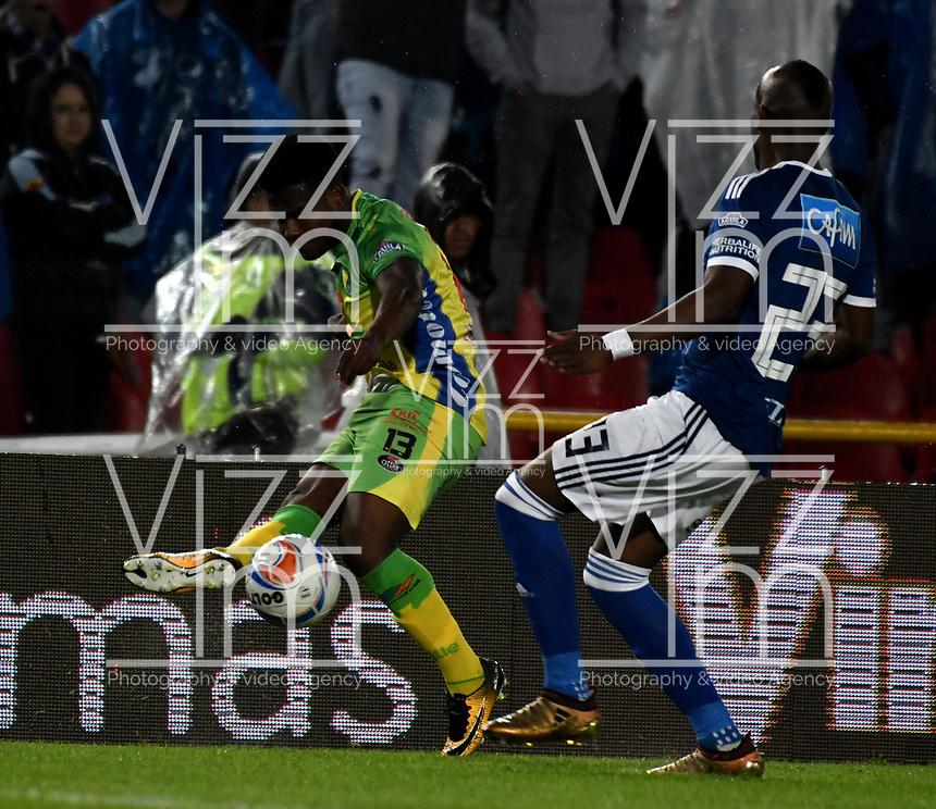 BOGOTA - COLOMBIA, 28-04-2018: Felipe Banguero (Der.) jugador de Millonarios disputa el balón con Elvis Perlaza (Izq.) jugador de Atlético Huila, durante partido de la fecha 18 entre Millonarios y por la Liga Aguila I 2018, jugado en el estadio Nemesio Camacho El Campin de la ciudad de Bogota. / Felipe E Perlaza Banguero (R) player of Millonarios vies for the ball with Elvis Perlaza (L) player of Atlético Huila, during a match of the 18th date between Millonarios and Atlético Huila, for the Liga Aguila I 2018 played at the Nemesio Camacho El Campin Stadium in Bogota city, Photo: VizzorImage / Luis Ramírez / Staff.