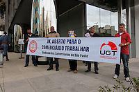 SAO PAULO, 22 DE JUNHO DE 2012. INAUGURAÇÃO DO SHOPPING JK IGUATEMI.  Comerciários comemoram a inauguração  do shopping  JK Iguatemi durante a tarde desta sexta feira. FOTO: ADRIANA SPACA - BRAZIL PHOTO PRESS