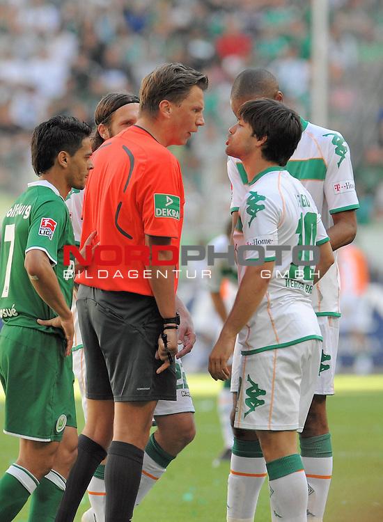 FBL 2008/2009 34. Spieltag Rueckrunde<br /> VFL Wolfsburg - Werder Bremen 5:1<br /> <br /> Deutscher Meister 2008/2009 VFL Wolfsburg <br /> <br /> Diego ( Bremen BRA #10 ) legt sich lautstark mit Schiedsrichter Thorsten Kinh&ouml;fer an, li Menseguez, Juan - JOSUE (Wolfsburg BRA#7) hinten Torsten Frings ( Bremen GER #22 ) und re Naldo ( Bremen BRA #4 ) <br /> <br /> Foto &copy; nph (nordphoto )