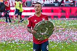 12.05.2018, Allianz Arena, Muenchen, GER, 1.FBL,  FC Bayern Muenchen vs. VfB Stuttgart, im Bild Thiago (FCB #6) mit der Schale<br /> <br />  Foto &copy; nordphoto / Straubmeier