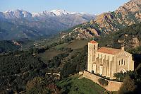 Europe/France/Corse/2A/Corse-du-Sud/Cuttoli-Corticchiato: l'église du village et les sommets