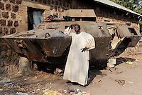 SUED SUDAN Rumbek , zerstoerter Panzer ( Bj. 1986 Fabrikat Commando V-150 der Firma Cadillac Gage aus den USA ) der nordsudanesischen Armee aus dem Konflikt zwischen SPLA , Suedsudanesische Volksbefreiungsarmee , und Nordsudan | South Sudan Rumbek , old battle tank of northern sudan army ( US product year 1986 Commando V-150 Cadillac Gage ) a remain from war between SPLA and northern Sudan