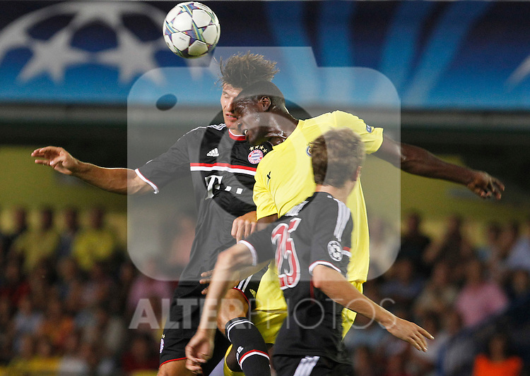 Villareal CF's Cristian Zapata (r) and FC Bayern Munchen's Mario Gomez during UEFA Champions League match.September 14,2011.(ALTERPHOTOS/Acero)