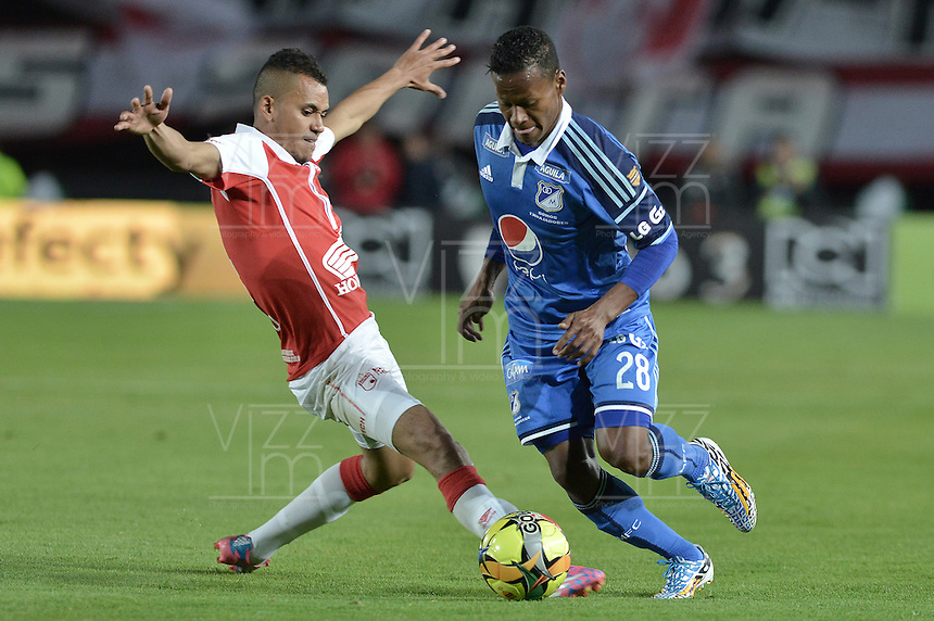 BOGOTÁ -COLOMBIA, 13-09-2014. Sergio Otalvaro (Izq) de Independiente Santa Fe disputa el balón con Alex Diaz (Der) jugador de Millonarios durante partido por la fecha 9 de la Liga Postobón  II 2014 jugado en el estadio Nemesio Camacho el Campín de la ciudad de Bogotá./ Sergio Otalvaro player (L) of Independiente Santa Fe fights for the ball with Alex Diaz (R) player of Millonarios during the match for the 9th date of the Postobon League I 2014 played at Nemesio Camacho El Campin stadium in Bogotá city. Photo: VizzorImage/ Gabriel Aponte / Staff