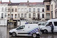 BELGIEN, 21.11.2015, Bruessel.  Das Innenstadtviertel Molenbeek ist bekannt fuer seine vielen muslimischen Zuwanderer, seine Wochenmaerkte und seine Verbindungen zu verschiedenen Terroranschlaegen. -Einsatzkraefte der Polizei. | The central district of Molenbeek is well known for its dense muslim immigrant population, Sunday's food market and links to previous terror attacks. -Police forces.<br /> © Arturas Morozovas/EST&OST