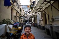Un bambino in un quartiere popolare di Shanghai.<br /> Daily life in Old Town