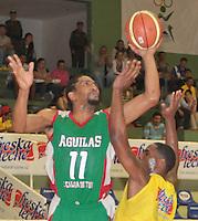 BUCARAMANGA -COLOMBIA, 22-03-2013. el jugador Lawrence G. de Águilas de Tunja quien tiene el balón enfrento a Búcaros Freskaleche en el  partido de la décima séptima fecha de la Liga DirecTV de baloncesto profesional colombiano disputado en la ciudad de Bucaramanga./ Bucaros Freskaleche faced to Águilas de Tunja  in game of the seventeenth date of the DirecTV League of professional Basketball of Colombia at Bucaramanga city. Photos: VizzorImage / Jaime Moreno /CONT