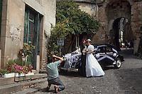 Europe/France/Midi-Pyr&eacute;n&eacute;es/81/Tarn/Cordes&nbsp;: Mariage - Couple de mari&eacute;s posant et photographe dans les rue de Cordes<br /> PHOTO D'ARCHIVES // ARCHIVAL IMAGES<br /> FRANCE 1995