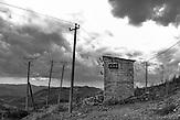 Transformatorhäuschen, Pashtresh, 2013, Strom wird  in Albanien hauptsächlich aus Wasserkraft gewonnen. Zu kommunistischen Zeiten wurde das Land elektrifiziert. Die Infrastruktur kann aber mit dem hohen Verbrauch heutzutage nicht mithalten