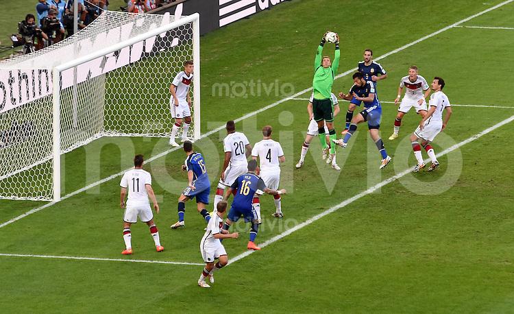 FUSSBALL WM 2014                FINALE Deutschland - Argentinien     13.07.2014 Torwart Manuel Neuer (Deutschland) rettet vor Freund und Feind