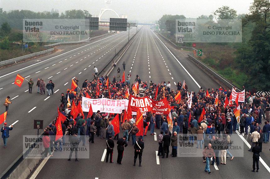 - workers of Alfa Romeo of Arese strike and block the Milan-Lago freeway for protest against the closing of the plant by FIAT<br /> <br /> - gli operai dell' Alfa Romeo di Arese scioperano e bloccano l'autostrada Milano-Laghi per protesta contro la chiusura dello stabilimento da parte della FIAT