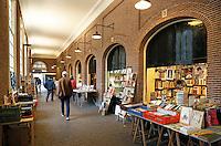 Nederland Amsterdam  2017. Universiteit van Amsterdam ( UvA ).  Boekenmarkt bij de Oudemanhuispoort.  Foto Berlinda van Dam / Hollandse Hoogte