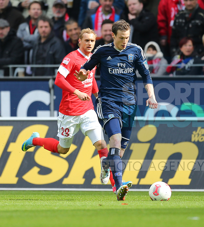 am Ball  Marcell JANSEN (Hamburger SV), dahinter  Marcel RISSE (1.FSV Mainz 05)