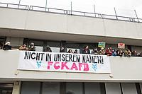 """Mehrere tausend Menschen protestierten am Samstag den 17. Februar 2018 in Berlin gegen einen AfD-Aufmarsch von ca. 800 Teilnehmern der als sog. """"Frauen-Marsch"""" von der AfD-Frau Leyla Bilge angemeldet war. Nach 750 Metern wurde der Aufmarsch durch Strassenblockaden der Gegendemonstranten gestoppt und musste nach drei Stunden beendet werden.<br />  17.2.2018, Berlin<br /> Copyright: Christian-Ditsch.de<br /> [Inhaltsveraendernde Manipulation des Fotos nur nach ausdruecklicher Genehmigung des Fotografen. Vereinbarungen ueber Abtretung von Persoenlichkeitsrechten/Model Release der abgebildeten Person/Personen liegen nicht vor. NO MODEL RELEASE! Nur fuer Redaktionelle Zwecke. Don't publish without copyright Christian-Ditsch.de, Veroeffentlichung nur mit Fotografennennung, sowie gegen Honorar, MwSt. und Beleg. Konto: I N G - D i B a, IBAN DE58500105175400192269, BIC INGDDEFFXXX, Kontakt: post@christian-ditsch.de<br /> Bei der Bearbeitung der Dateiinformationen darf die Urheberkennzeichnung in den EXIF- und  IPTC-Daten nicht entfernt werden, diese sind in digitalen Medien nach §95c UrhG rechtlich geschuetzt. Der Urhebervermerk wird gemaess §13 UrhG verlangt.]"""
