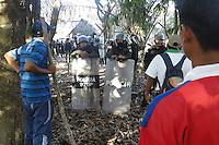 LPZ08. SAN ANTONIO (BOLIVIA), 25/09/2011.- Policías rodean a un grupo de indígenas que protesta hoy, domingo 25 de septiembre de 2011, contra la construcción de una carretera que dividirá la reserva natural del Territorio Indígena Parque Nacional Isiboro Sécure (Tipnis), en San Antonio (Bolivia). El Gobierno del presidente Evo Morales dispersó por la fuerza una marcha de unos 1.500 de estos indígenas amazónicos que rechazan la carretera, con el resultado de varios heridos y detenidos. EFE/Agencia Boliviana de Información/SOLO USO EDITORIAL/NO VENTAS