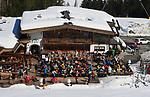 Foto: VidiPhoto<br /> <br /> ST. JOHANN &ndash; In de Kitzb&uuml;heler Alpen in het Oostenrijkse Tirol kan nog volop geskied worden. Alles pistes zijn open en de sneeuwcondities zijn zelden zo goed geweest als dit jaar. Er is zoveel sneeuw gevallen dat wintersporters naar verwachting tot eind april nog kunnen genieten. Normaal rond deze tijd worden de pistes al geprepareerd met kunstsneeuw. Nu wordt daar sneeuw voor gebruikt die eerder dit jaar in grote hoeveelheden is gevallen. Bovendien valt er deze week weer genoeg verse sneeuw. Veel Nederlanders grijpen dan ook hun kans om laat in het seizoen een goedkopere sneeuwvakantie te boeken of zelfs voor een tweede keer op wintersport te gaan.