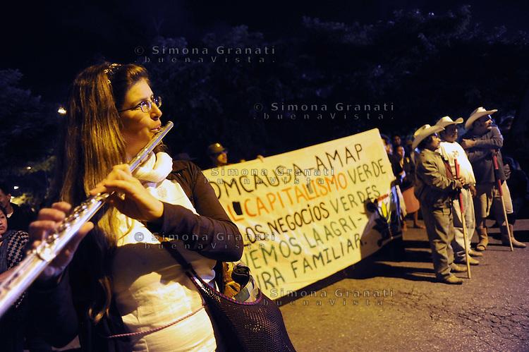 Messico,Cancun 6  Dicembre 2010.Corteo dei giovani anticapitalisti Anticap-Cop con .Mexico, Cancun . March of  young  anticapitalist against cop 16.