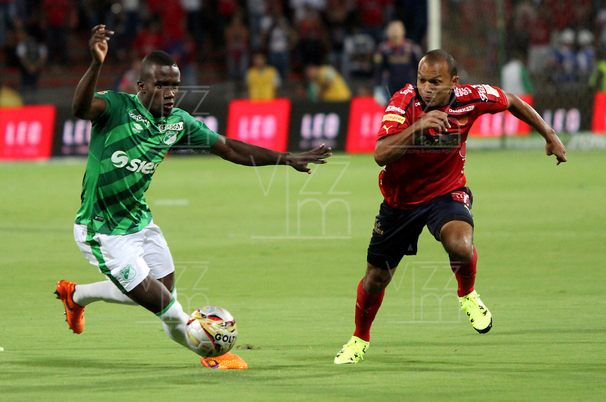 MEDELLIN - COLOMBIA - 7-JUNIO-2015: Juan Perez  Jugador del Independiente Medellin disputa el balon contra Kevin Balanta  del Deportivo Cali durante  partido de vuelta de la final  de La Liga Aguila 2015-I jugado en el estadio Atanasio Girardot de la ciudad de Medellin. /. Juan Perez player  of  Independiente Medellin fights the ball  against  Kevin Balanta of Deportivo Cali during  the second leg of the final played in the Atanasio Girardot stadium in the city of Medellin.Photo: VizzorImage / Felipe Caicedo / Staff.