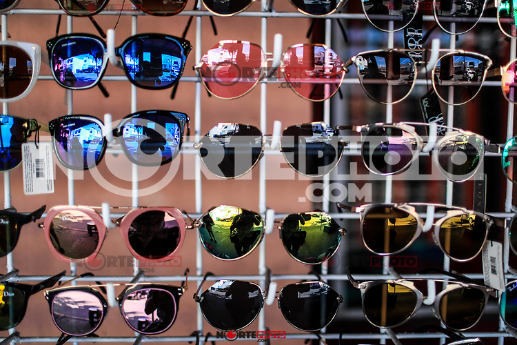 sun lenses, dark lenses, colored lenses lenstes de sol, lentes oscuros, lentes de colores Sales of souvenirs in the tourist destination Puerto Peñasco, Sonora, Mexico. crafts, art, handicrafts, beachwear and accessories, ceramics, sunglasses, Mexican handicrafts, leather guarache, Mexican guarache, sun hat and decorative items. (Photo: Luis Gutierrez /NortePhoto.com)..<br />