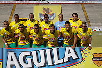 NEIVA - COLOMBIA -13 -07-2016: Los jugadores de Atletico Huila posan para una foto durante partido entre Atletico Huila y Cortulua, por la fecha 3 de la Liga Aguila II 2016 en el estadio Guillermo Plazas Alcid de Neiva. / The players of Atletico Huila pose for a photo during a match between Atletico Huila and Cortulua, for the date 3 of the Liga Aguila II 2016 at the Guillermo Plazas Alcid Stadium in Neiva city. Photo: VizzorImage  / Sergio Reyes / Cont.