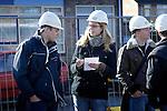 HARDERWIJK - In Harderwijk krijgen leerlingen in het kader van het project Lessen op de Bouwplaats van Petra Hondorp uitleg over de infrastructuur en logistiek op de bouwplaats van nieuwbouwwoningen. Samen met een werkvoorbereider wordt de jongeren verteld waar de kranen staan en waarom, wanneer stenen moeten worden afgedekt en wat de regels zijn bij het plaatsen van een meterkast. Hoewel het gros van de leerlingen met de handen in de zakken meent de informatie te kunnen onthouden, gebruiken enkelen het meegeleverde blanco A4-tje om aantekeningen te maken voor een verwerking die volgende week moet worden ingeleverd.COPYRIGHT TON BORSBOOM