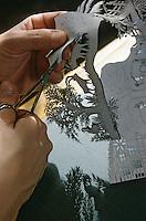 Europe/Suisse/Saanenland/Saanen: Préparation des papiers découpés artisanat local