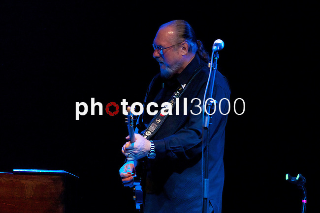 Actuación de Steve Cropper en la Sala BBK con los legendarios Animals,Mickey Gallagher (piano) y John Steel (on drums)..Steve Cropper show in BBK with the legendary group The Animals,Mickey Gallagher (piano) and John Steel (on drums).