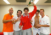 22-9-07, Netherlands, Rotterdam, Daviscup NL-Portugal, Het Nederlandse team viert feest nadat Portugal is verslagen v.l.n.r.:Peter Wessels, Raemon Sluiter, Robin Haase, Jesse Huta Galung en captain JKan Siemerink