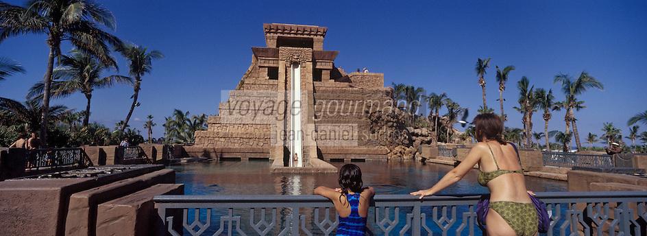 Iles Bahamas / New Providence et Paradise Island / Nassau: Hotel Atlantis à Paradise Island dans le parc la pyramide ou temple maya et ses tobogans