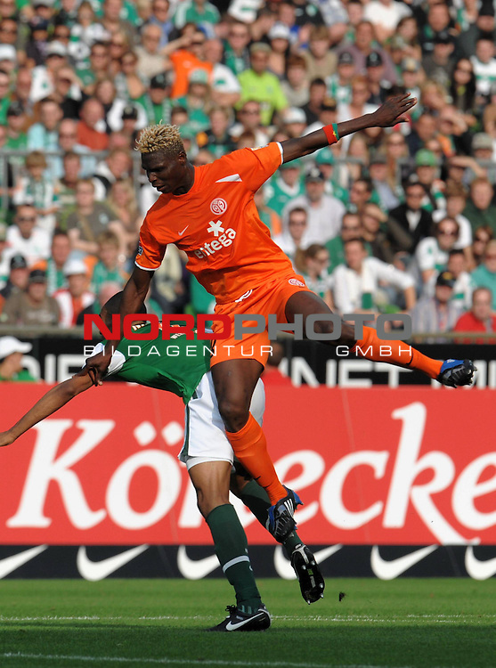 FBL 09/10  07. Spieltag Hinrunde / Weser Stadion<br /> Werder Bremen - Mainz05<br /> <br /> Aristide Banc&eacute; (Mainz #23) Naldo ( Bremen BRA #4 )<br /> <br /> Foto &copy; nph ( nordphoto )